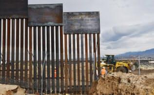 フェンスの取り換え工事が進む米国とメキシコの国境(17日、メキシコ・チワワ州)=柏原敬樹撮影
