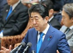 衆院予算委で答弁する安倍首相(26日午前)