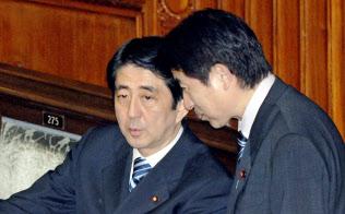 天下りあっせんの禁止は第1次安倍政権で決めた。右は当時官房長官だった塩崎氏(2007年5月31日衆院本会議)