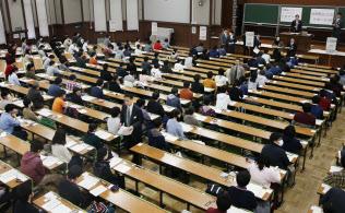 大学入試センター試験の開始を待つ受験生(1月、東京・本郷の東京大学)