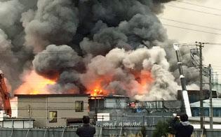 黒煙を上げる廃材置き場=12月25日午前、千葉県市川市(浜口裕太さん提供)