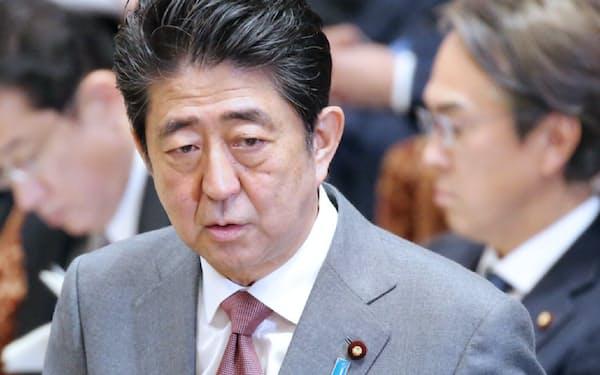 衆院予算委で答弁する安倍首相(27日)