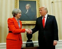 会談したトランプ米大統領とメイ英首相(27日、ワシントン)=ロイター