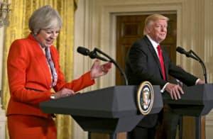 会談後、記者会見する英国のメイ首相(左)とトランプ大統領(27日、ワシントン)=ロイター