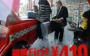 初乗り運賃が410円になったタクシー(30日、東京・丸の内)