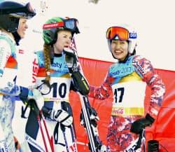アルペンスキー女子のスーパー大回転で銅メダルを獲得した安藤麻=右(30日、アルマトイ)=共同