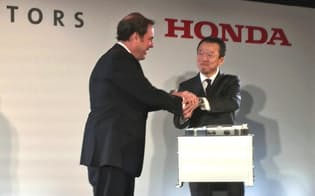 燃料電池車の基幹部品の合弁生産を発表する米ゼネラル・モーターズのマーク・ルース上級副社長(左)とホンダの神子柴寿昭専務執行役員(30日、米デトロイト)