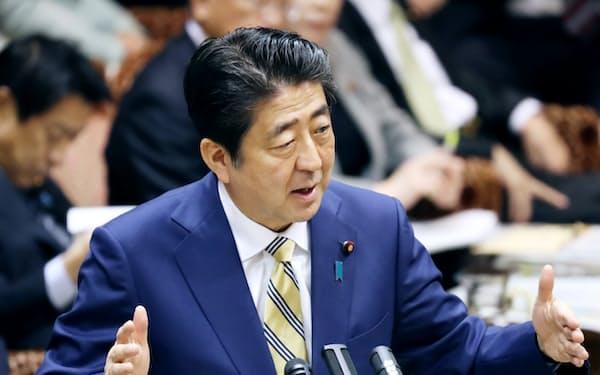 参院予算委で答弁する安倍首相(31日午前)