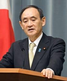 記者会見する菅官房長官(1日午前、首相官邸)=共同