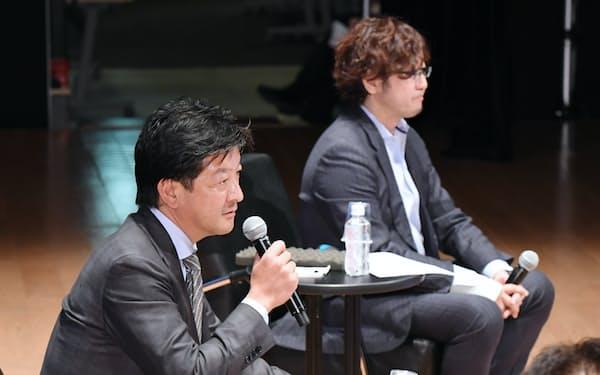 討論する講談社の野間省伸社長(左)とC Channelの森川亮社長(26日午後、東京都中央区)