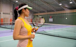 東京都の誉田馨子さんはラケットに取り付けたセンサーでプレー内容を確認する