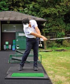 ダウンスイングで右手を内旋して突き出す動きがダウンブローに打てる秘訣