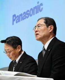 決算発表するパナソニックの河井専務(右)(2日午後、東京都港区)