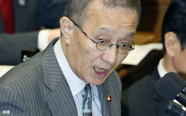 衆院予算委で質問する笠井亮氏(共産)=共同