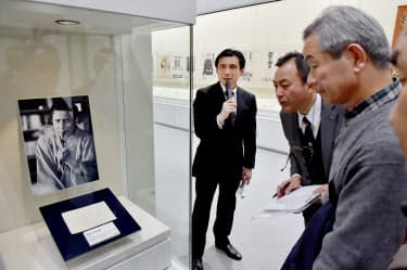 ボランティアスタッフや報道陣に展示物を解説する中川渉氏(兵庫県姫路市の県立歴史博物館)