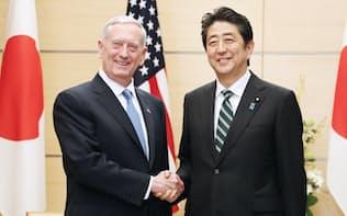 会談を前にマティス米国防長官(左)と握手する安倍首相(3日午後、首相官邸)