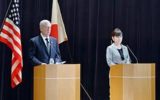 共同記者会見するマティス米国防長官(左)と稲田防衛相(4日午前、防衛省)