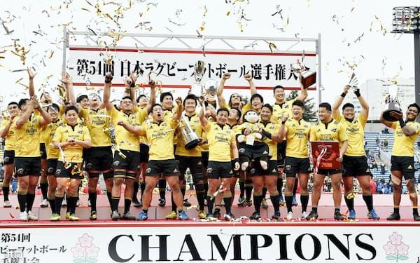 ラグビー日本選手権で優勝し、喜ぶサントリーのフィフティーン=共同