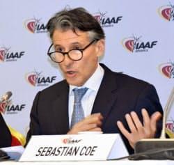 国際陸連の理事会後に記者会見するセバスチャン・コー会長(6日、フランス・カップダイユ)=共同