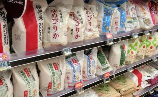 スーパーの限られた売り場スペースに並ぶブランド米は一握り(東京都港区)