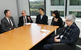 意見を交わす(左から)ゲイル、ゴロブニン、蘇、金、ローリーの各記者(6日、東京・大手町)