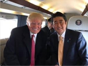 ホワイトハウスからアンドルーズ空軍基地に向かうヘリの機中で記念撮影するトランプ米大統領(左)と安倍首相(トランプ氏のツイッターより)
