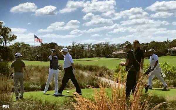 11日、米フロリダ州でゴルフを楽しみ、ハイタッチする安倍首相とトランプ米大統領(同大統領のツイッターより)=共同