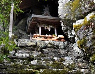 石段を上った先にたたずむ浄見原神社の社殿