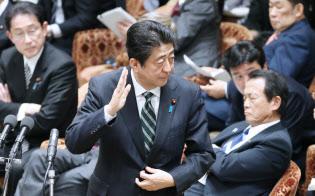 安倍首相は財政健全化目標について見直す姿勢を見せない(3日、衆院予算委)