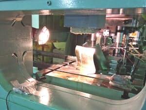 金属プレス機に音センサー(左下)を取り付けて常時クラウドに音を蓄積、異音を聞き分ける(実験の様子)