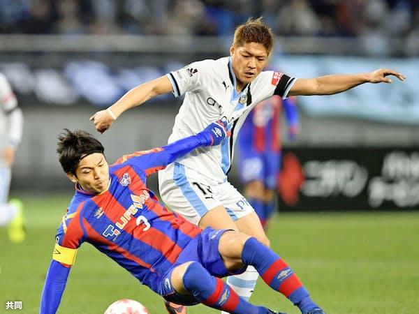 天皇杯で競り合う大久保(右)。FC東京は今季川崎からこの元得点王を獲得、戦力を強化した=共同