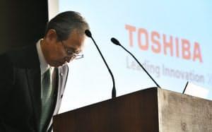 決算発表の延期について謝罪する東芝の綱川社長(14日午後、東京都港区)