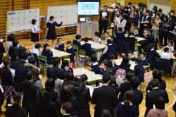 小学校英語の研究授業に全国から教員ら約150人が集まった(10日、東京都台東区立根岸小学校)