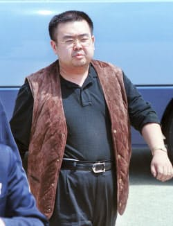 北京行きの全日空機に乗り込む金正男氏とみられる男性(2001年5月、成田空港)
