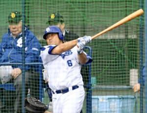 打撃練習に励むチームリーダーの平田。選手らはキャンプで足攻への意識を磨いている=共同