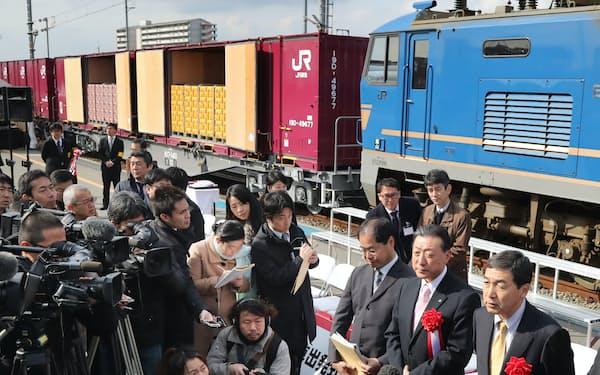 アサヒビールとキリンビールの共同輸送列車出発式で公開された貨物列車(1月19日、大阪府吹田市)