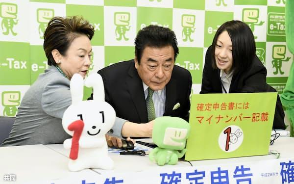 確定申告する俳優の高橋英樹さん夫妻(16日午前、東京都港区の品川税務署)=共同