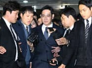Lee Jae-yong, center, vice chairman of Samsung Electronics Co., leaves after attending a hearing at the Seoul Central District Court in Seoul, South Korea, Thursday, Feb. 16, 2017. The billionaire heir to Samsung, South Korea's most successful and best known conglomerate, made his second attempt Thursday to block efforts by prosecutors to arrest him on bribery and other charges in connection with a corruption scandal that has engulfed the country's president. (Choi Jae-koo/Yonhap via AP)