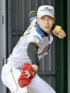 投げ込む日本ハム・宮西。今季もセットアッパーとして活躍が見込まれる=共同