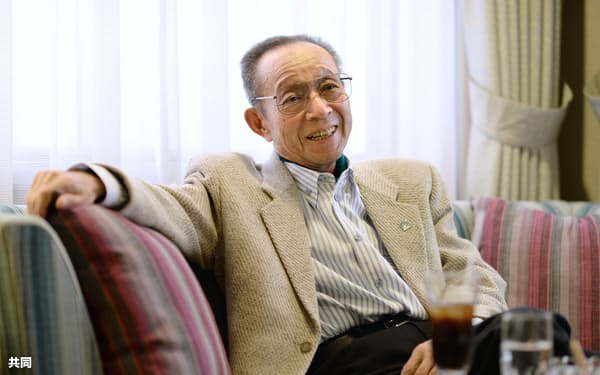 インタビューに応じる船村徹氏(2015年3月、東京都千代田区)=共同