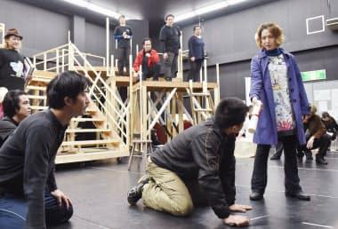 「歌うシャイロック」の稽古に励むポーシャ役の剣(右端)ら(兵庫県尼崎市)
