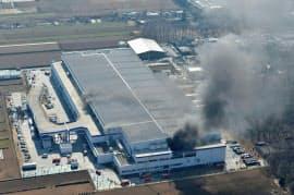 黒い煙を上げるアスクルの物流倉庫(16日、埼玉県三芳町)=共同
