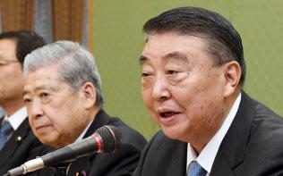 天皇陛下の退位に関する意見聴取を終え、記者会見する大島衆院議長(右)と伊達参院議長(2月20日午後、衆院議長公邸)