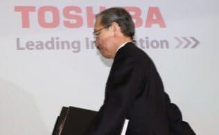 記者会見に臨む東芝の綱川社長(14日、東京都港区)