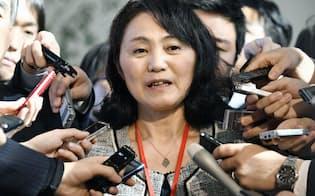 安倍首相との面会後、取材に応じる高橋まつりさんの母幸美さん(21日午後、首相官邸)=共同