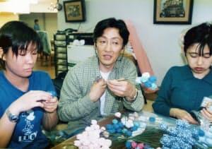 阪神大震災後、被災者やボランティアと造花などの作製・販売に取り組んだ(1998年、神戸市)