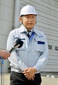 火災のあった物流倉庫前で、記者の質問に答えるアスクルの岩田彰一郎社長(22日午後、埼玉県三芳町)=共同