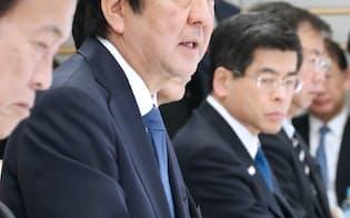 働き方改革実現会議であいさつする安倍首相(22日午後、首相官邸)