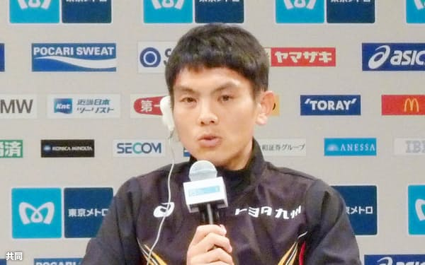 東京マラソンの記者会見で抱負を語る今井正人(24日、東京都内)=共同