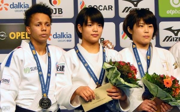 女子52キロ級で初優勝し、記念写真に納まる阿部詩=中央(24日、デュッセルドルフ)=共同